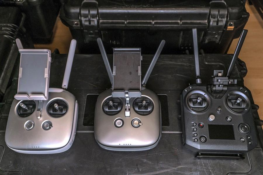 Несколько моделей пультов управления для дронов DJI