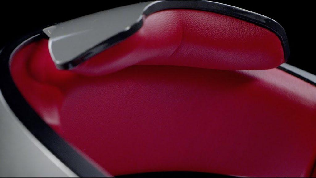 Внутри корпуса подушки из красной кожи. Превосходное сочетание красного и черного, придающее элегантность и дорогой вид DJI Goggles RE, а также напоминающее о цветах гоночных болидов.