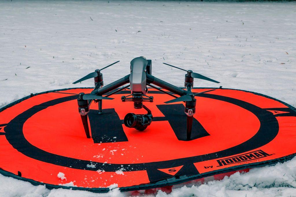 Очень полезная вещь - специальный коврик для взлета и посадки квадрокоптера зимой