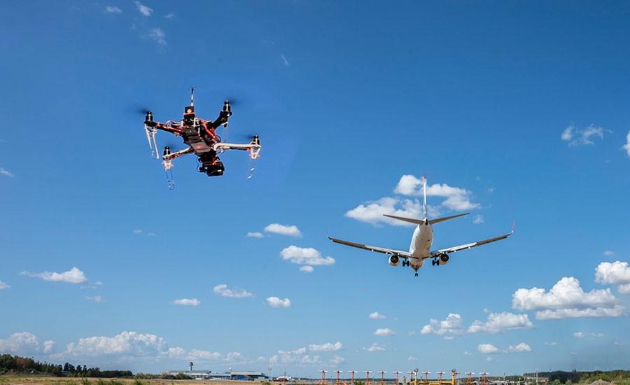 Первыми угрозу со стороны дроном увидели сотрудники диспетчерских служб и служб безопасности аэропортов