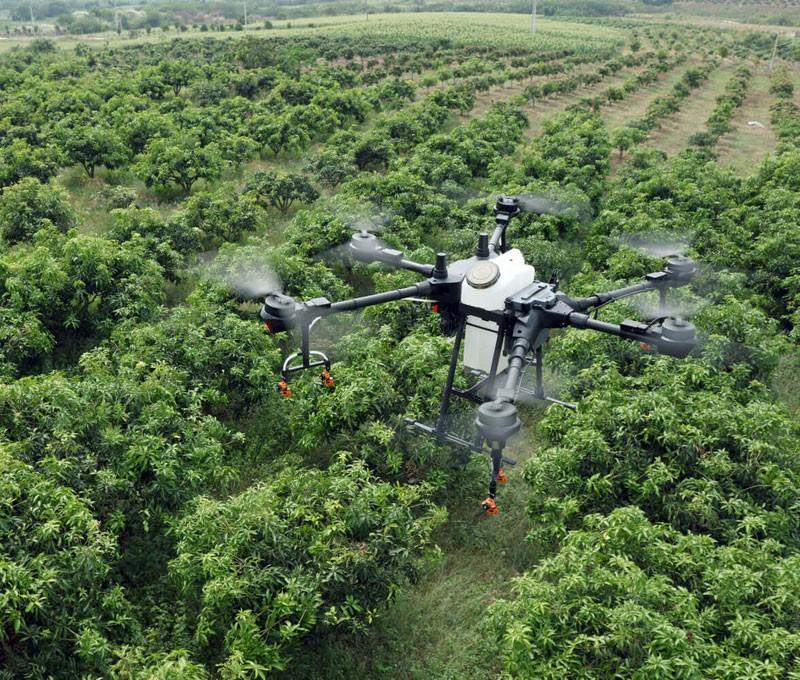 Agras T16 способен отлично управляться в садовых хозяйствах