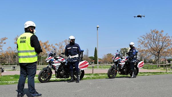 Итальянская полиция с помощью дронов патрулирует улицы