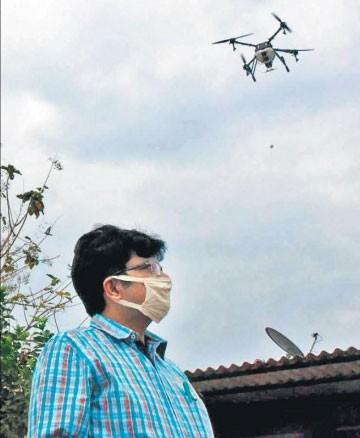 Оператор управляет дроном, проводящим дезинфекцию улиц Хайдарабада