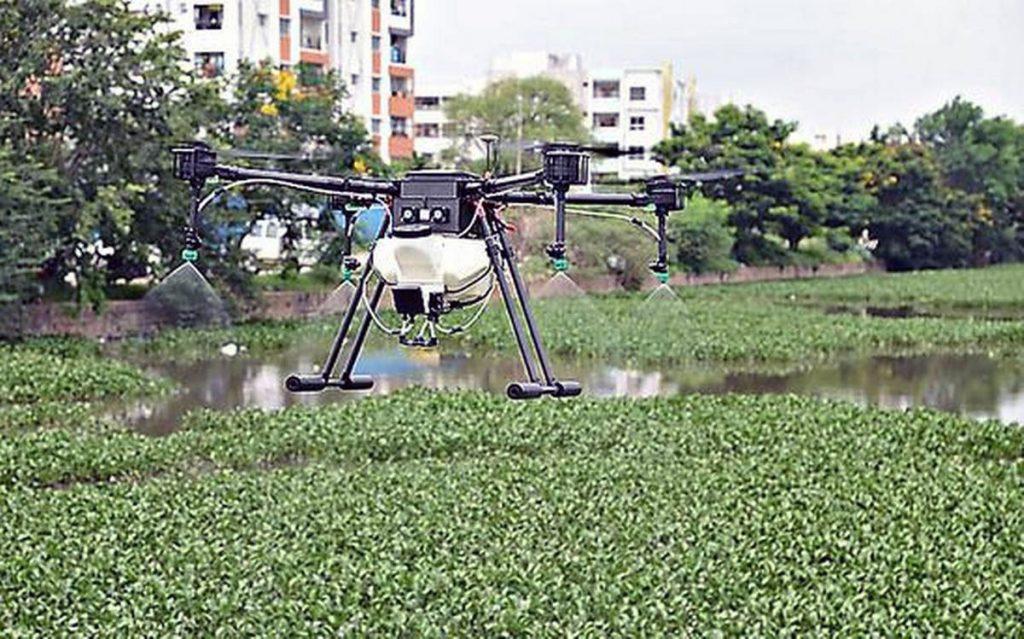 Дрон обрабатывает пруды Хайдарабада, уничтожая личинок москитов. Эта технология уже несколько лет используется в городах Индии и была применена для дезинфекции улиц