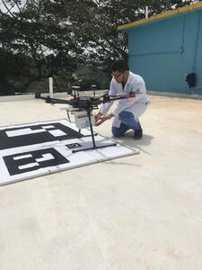 Врач размещает в контейнере дрона необходимые медицинские препараты