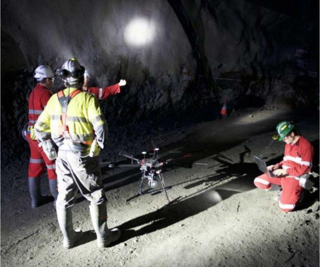 Инженеры готовят M600 Pro, оснащенный LIDAR, к работе в шахте
