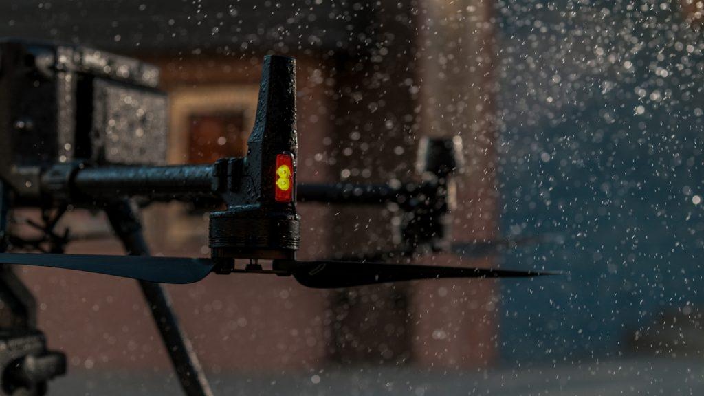 Дополнительная подсветка на корпусе плюс маячок повысили безопасность пилотирования DJI Matrice 300 RTK