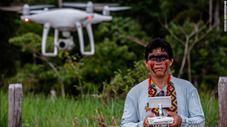 Один из представителей коренного племени во время управления дроном DJI Phantom 4