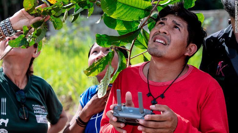 Представители индейского племени во время обучения управлению дронами и выполнению инспекционных полетов