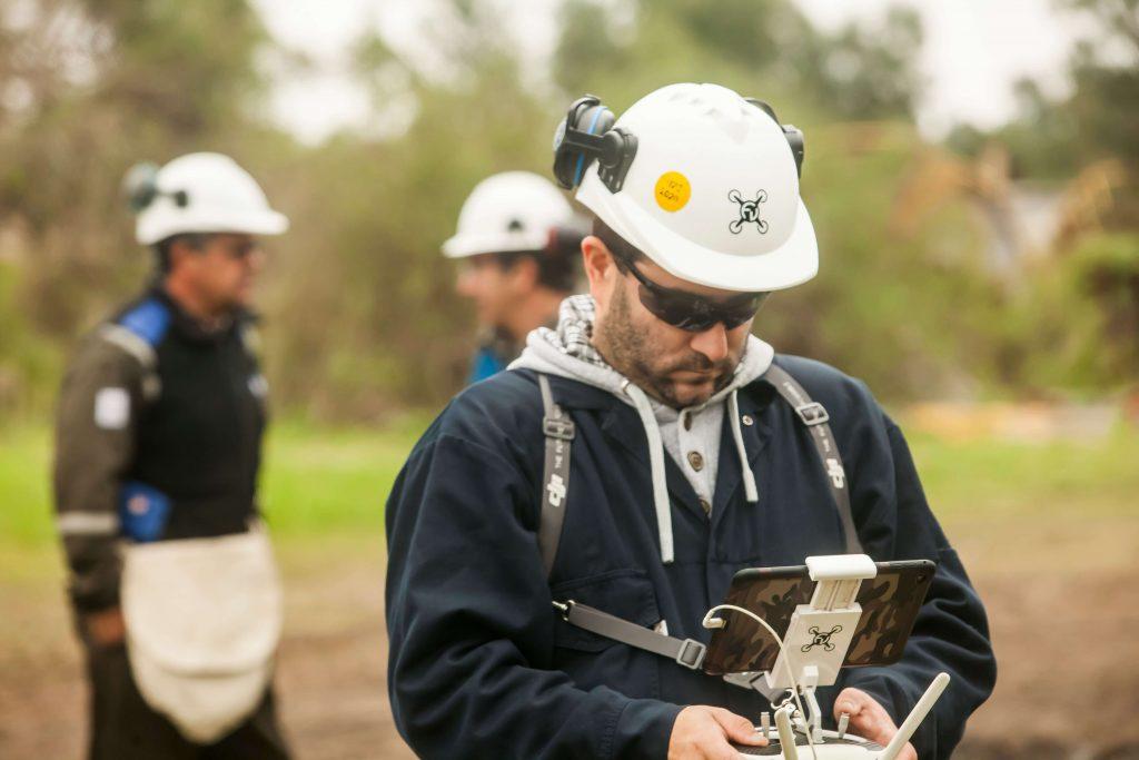 Специалист по беспилотным технологиям Фелипе Вадильо за работой на одном из нефтегазовых предприятий аргентинского филиала компании Shell