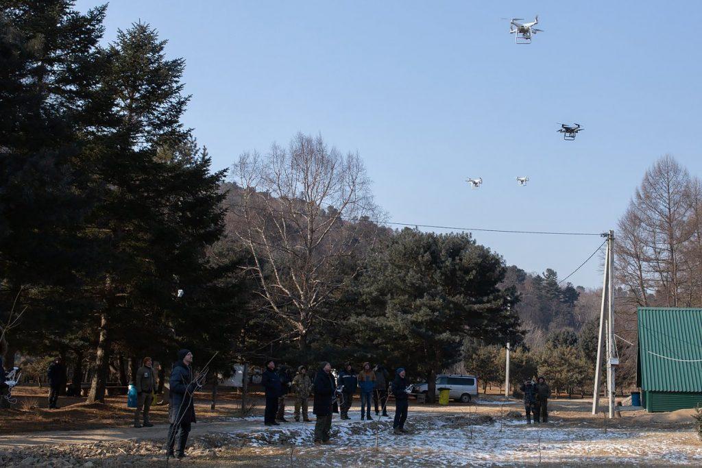 Лесные инспекторы обучаются пилотированию дронов DJI на местности // Фото: WWF России