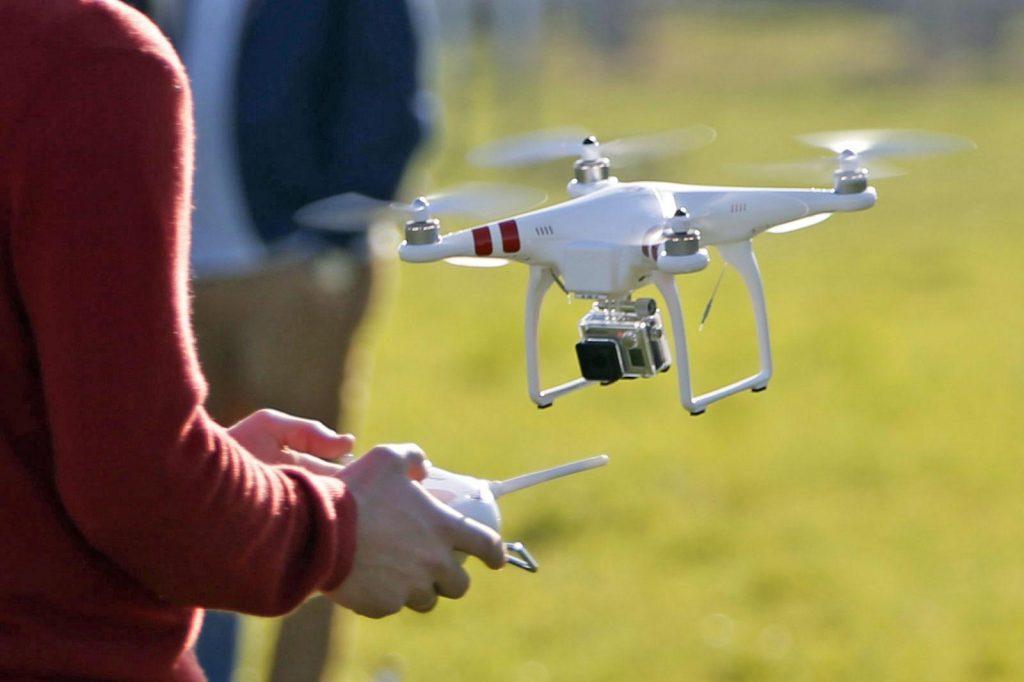 По новым правилам российского законодательства, владельцы дронов весом более 250 г должны в обязательном порядке регистрировать свои беспилотные аппараты путем подачи заявления в Федеральное агентство воздушного транспорта