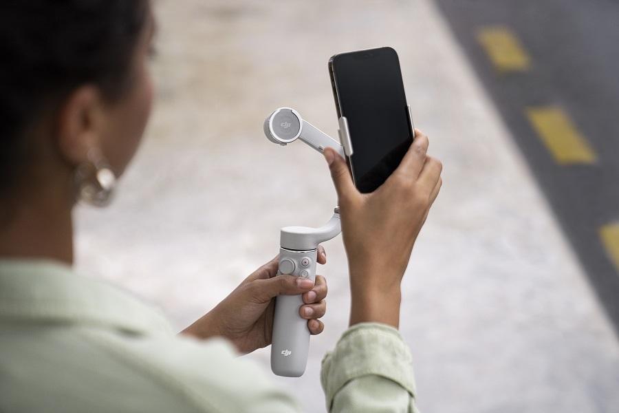 На новом DJI OM 5 телефон крепится к ручке-моноподу при помощи специального магнитного зажима