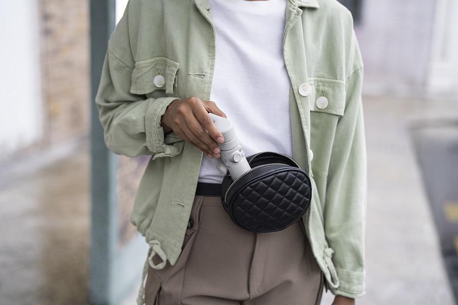 Стабилизатор DJI OM 5 настолько компактный, что поместится даже в небольшую сумочку или карман
